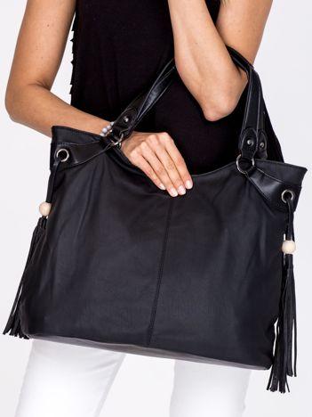 Czarna torba z ozdobnymi frędzlami