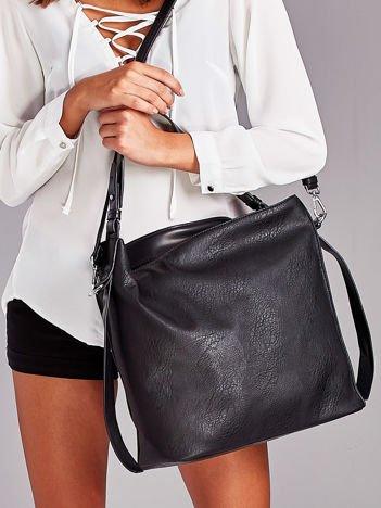 Czarna torba z paskami