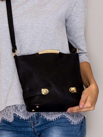 Czarna torebka listonoszka ze złotymi klamrami