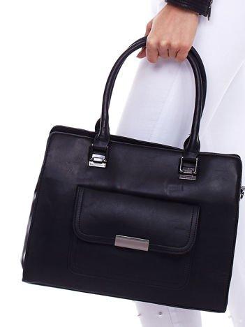 Czarna torebka z odpinanym paskiem i kieszenią na magnes