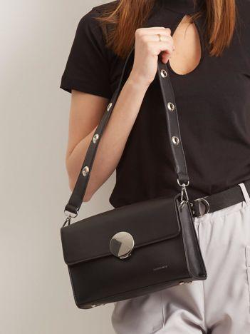 Czarna torebka z ozdobnym zapięciem
