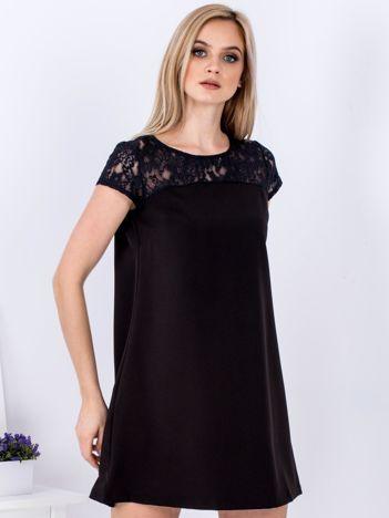Czarna trapezowa sukienka z koronkową górą