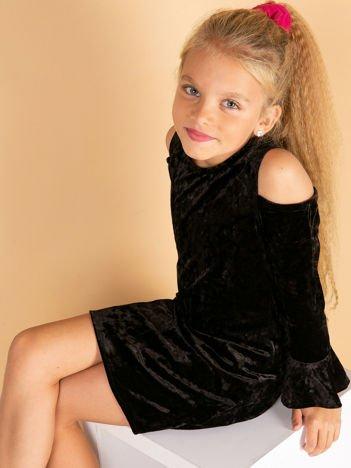 Czarna welurowa sukienka dziewczęca z wycięciami na ramionach