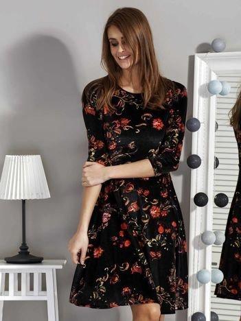 Czarna welurowa sukienka w roślinne wzory