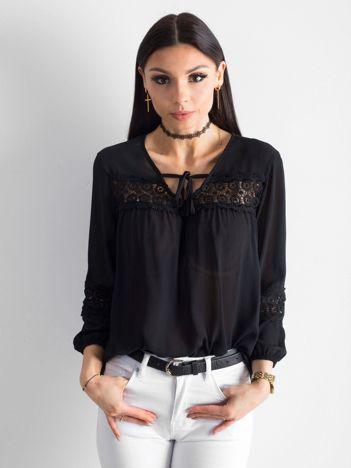 Czarna zwiewna bluzka z koronką