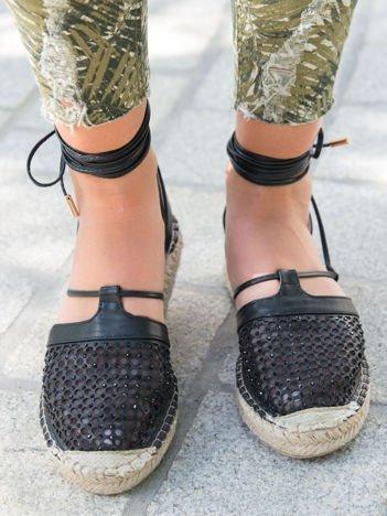 Czarne ażurowe sandały z ozdobną siateczką i koralikami wiązane wokół kostki