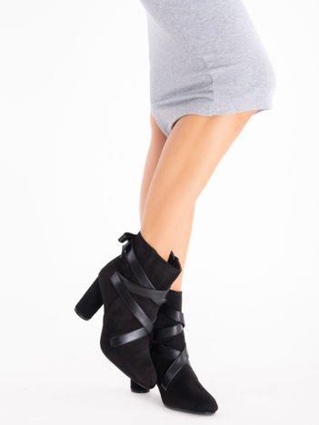 Czarne botki z lakierowanymi paskami na cholewce