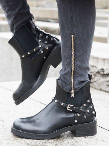 Czarne botki za kostkę z gumowanymi wstawkami po bokach, ozdobnymi paskami ze srebrnymi nitami i klamerką