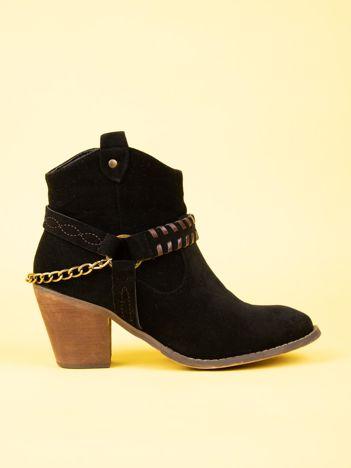 Czarne botki za kostkę z ozdobnym łańcuszkiem