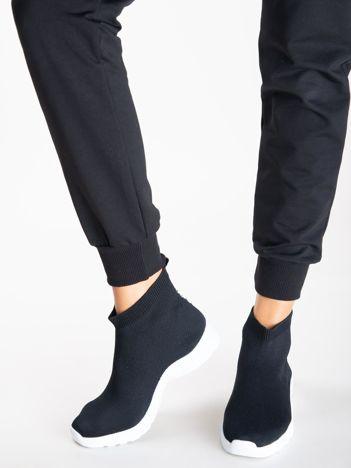 Czarne buty sportowe z dzianą cholewką za kostkę i napisem na tyle