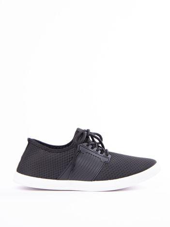 Czarne buty sportowe z fakturą i gumową wstawką na sznurowaniu