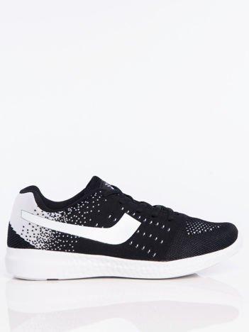 Czarne buty sportowe z miękkiej tkaniny na białej podeszwie