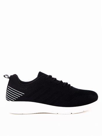 Czarne buty sportowe z napisem na pięcie