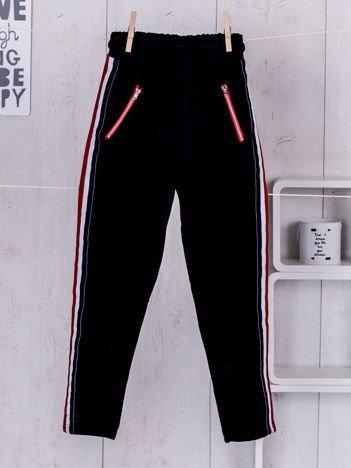 Czarne dziecięce spodnie dresowe z taśmą tricolor