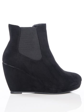 Czarne gładkie botki na koturnach i gumkami po bokach