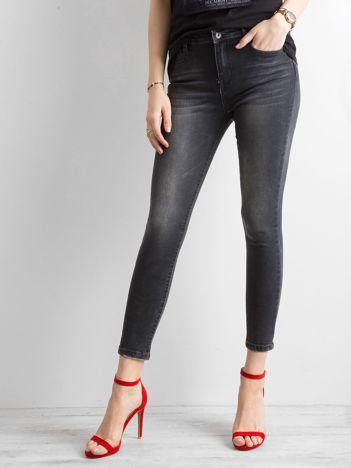 Czarne jeansowe rurki z aplikacją na nogawkach