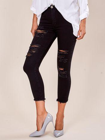 Czarne jeansy z wystrzępionymi nogawkami