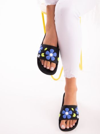 Czarne klapki w biało-niebieskie kwiaty
