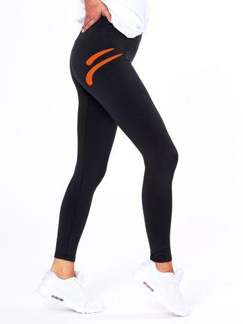 Czarne legginsy z kontrastowym nadrukiem