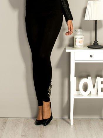 Czarne legginsy z naszywkami