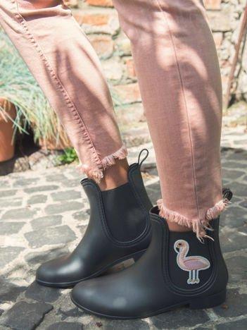 Czarne matowe kalosze do kostek z gumką po bokach i ozdobną naszywką w kształcie flaminga