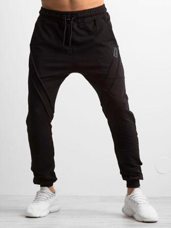 Czarne męskie spodnie dresowe z przeszyciami