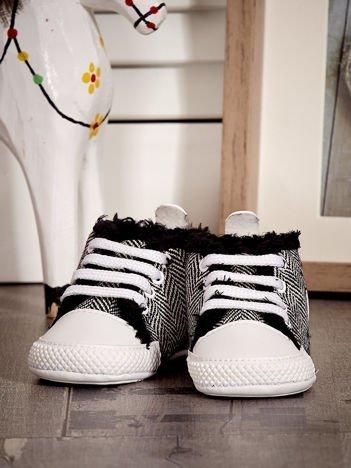 Czarne ocieplane buciki dziecięce w wzór jodełki