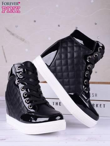 Czarne pikowane sneakersy z białą podeszwą i lakierowanymi wstawkami
