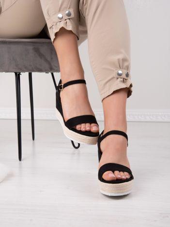 Czarne sandały SWEET SHOES na koturnach zapinane na kostkach