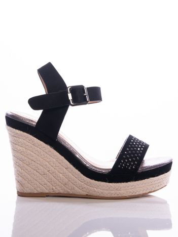 Czarne sandały na koturnach z ażurowym paskiem na przodzie i błyszczącymi kamieniami, zapinane na pasek wokół kostki