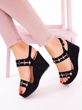 Czarne sandały na koturnach z nitami i podwójnymi paskami