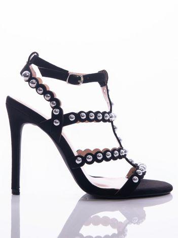 Czarne sandały na szpilkach zapinane w na kostce, zdobione srebrnymi koralikami