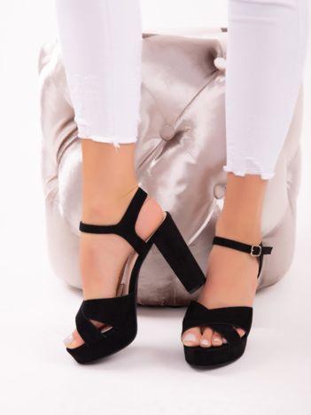 Czarne sandały na wysokich, szerokich obcasach zapinane w kostkach