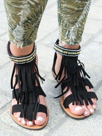 Czarne sandały z frędzelkami i ozdobną plecioną opaską z koralików wokół kostki zapinane na suwak