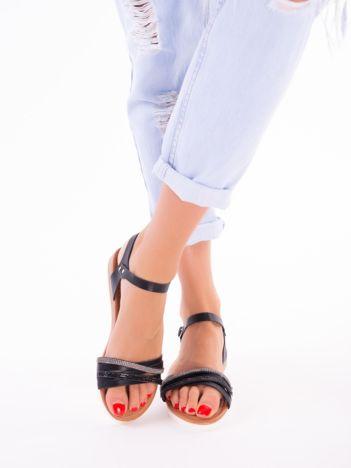 Czarne sandały z mieniącymi się paskami srebrnym i czarnym