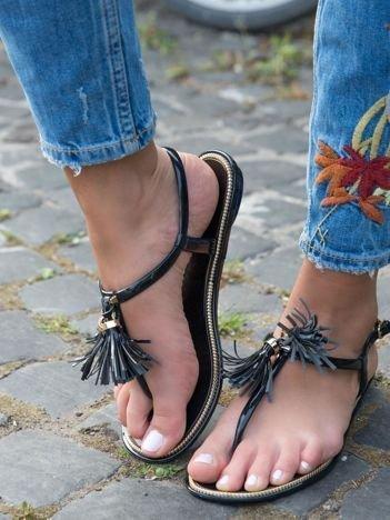 Czarne sandały z ozdobnymi chwostami na przodzie buta