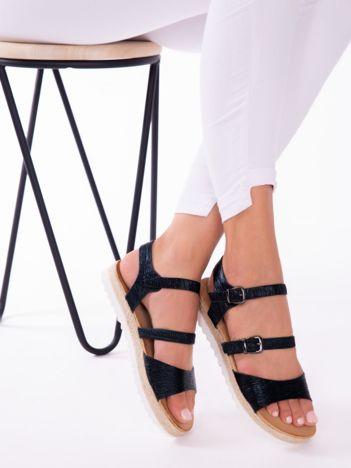 Czarne sandały z tłoczoną, mieniącą się fakturą na białych podeszwach