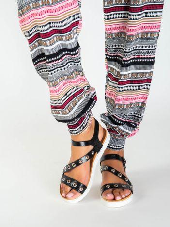 Czarne sandały z tłoczonej faktury, zdobione metalowymi kółkami