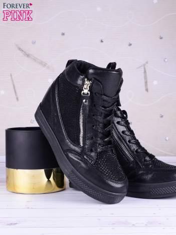 Czarne sneakersy Jones zapinane na suwak z ozdobnymi cyrkoniami po boku cholewki