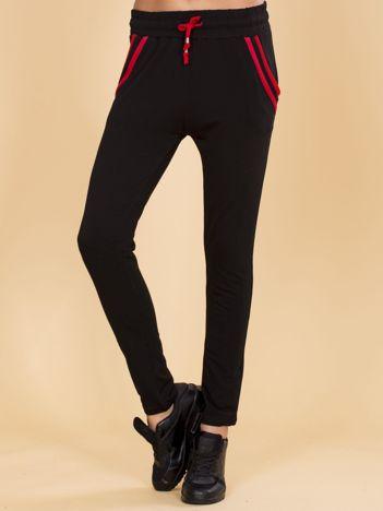Czarne spodnie dresowe z czerwonymi wstawkami