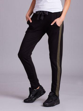 Czarne spodnie dresowe z lampasem khaki