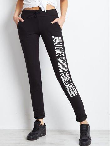 ed3286c3c9 Czarne spodnie dresowe z nadrukiem na nogawce
