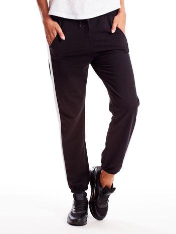 Czarne spodnie dresowe z nadrukiem na taśmie