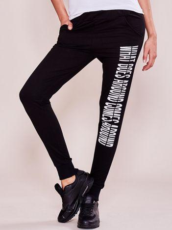 Czarne spodnie dresowe z napisem na nogawce