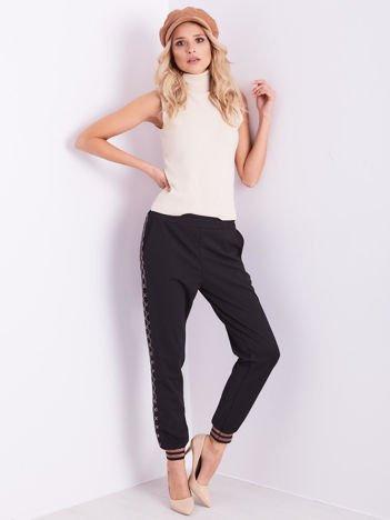 Czarne spodnie dresowe z ozdobnymi lampasami