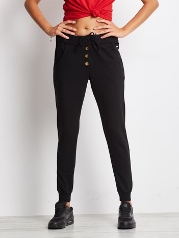 Czarne spodnie dresowe ze złotymi guzikami
