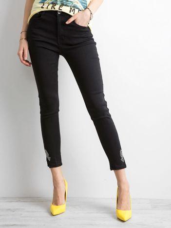 Czarne spodnie jeansowe z aplikacją