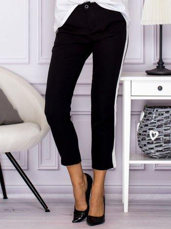 Czarne spodnie materiałowe z kolorowymi lamapasami