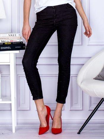 Czarne spodnie skinny z perełkami