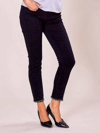 Czarne spodnie z aplikacją na nogawkach